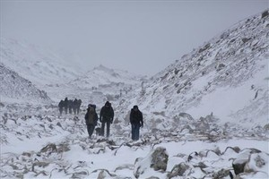 Un grupo de alpinistas se dirigen a uno de los campamentos del Everest.