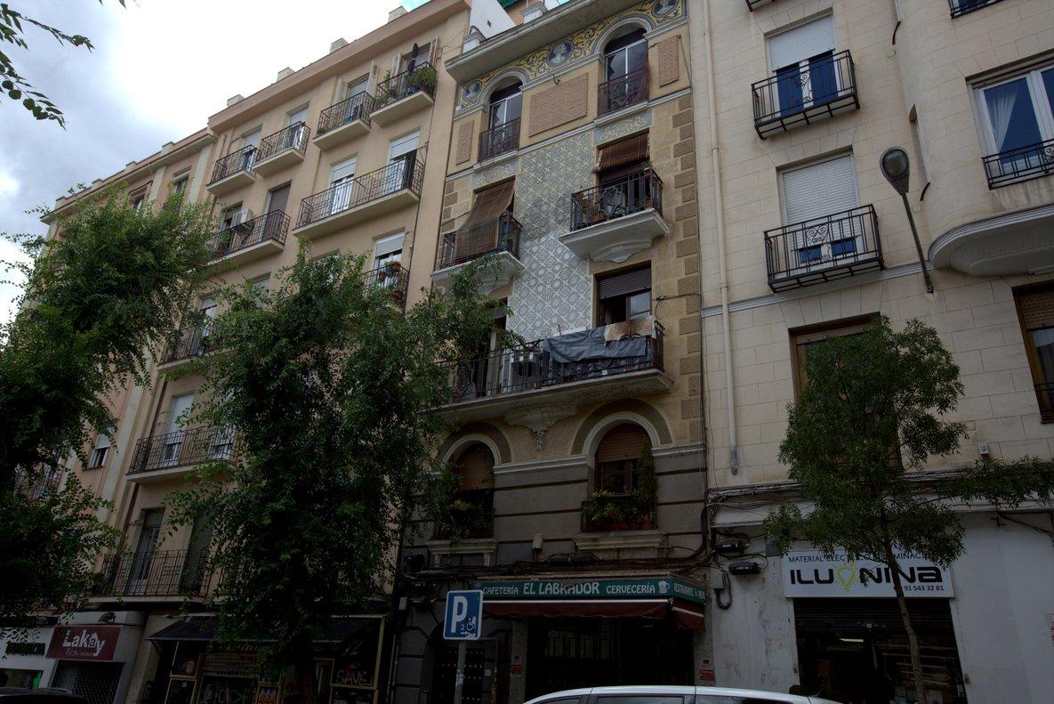Fachada de pisos turísticos en Madrid.