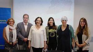 De izquierda a derecha, Laura Campos, Dolors Sabater, Joan Callau, Ada Colau, Núria Parlon y Janet Sanz.