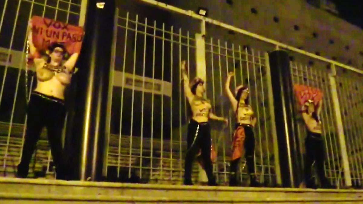Femen se encadena en Vistalegre para decir que Vox amenaza la democracia.