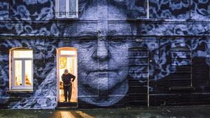 Una mujer que se niega a abandonar su vivienda frente a la especulación inmobiliaria y su retrato.