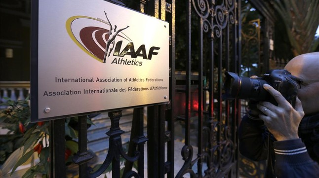 Un fotógrafo, ante la sede de la IAAF en Mónaco.