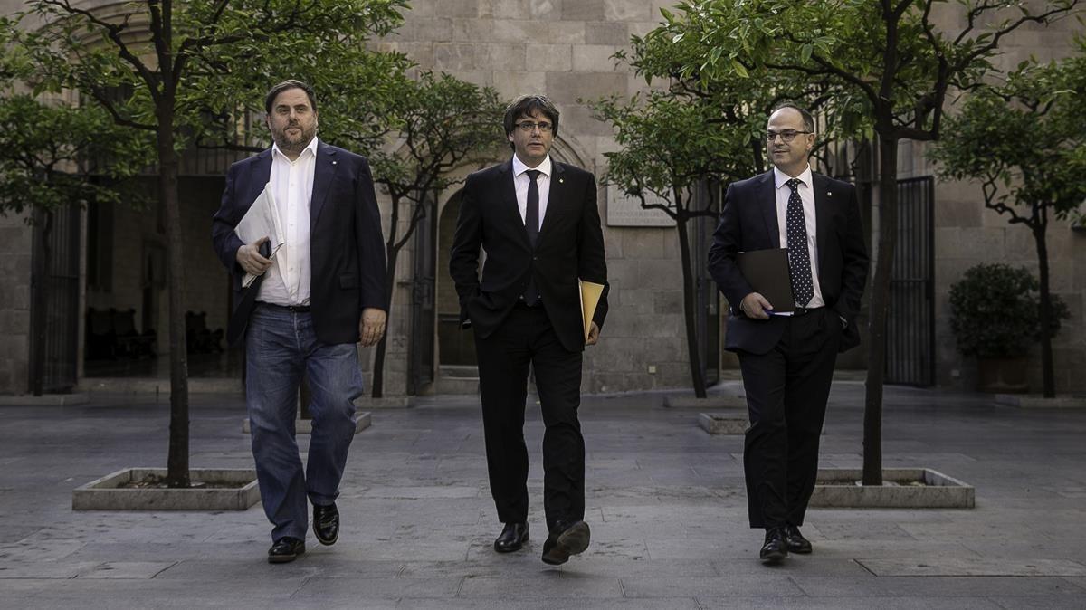 Carles Puigdemont, Oriol Junqueras y Jordi Turull antes de la reunion de Govern de hoy