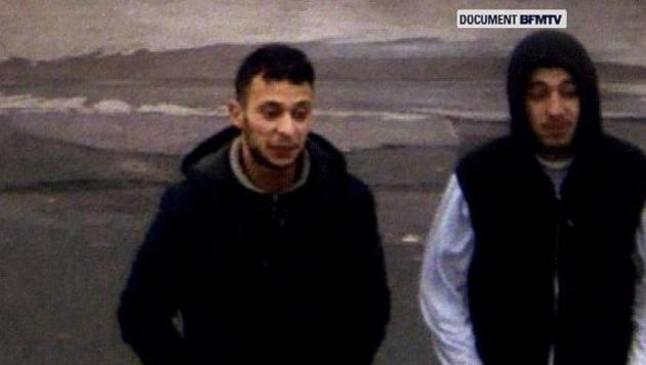 Salah Abdeslam, a la izquierda, camina junto a un cómplice en una gasolinera en las cercanías de Bélgica.