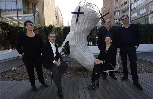 De izquierda a derecha, los exdirectores de la Fundació Tàpies Núria Enguita, Manuel J Borja-Villel yLaurence Rassel, con elactual director,Carles Guerra, yToniTàpies (derecha), hijo del artistajunto a su famosa obra del calcetín.