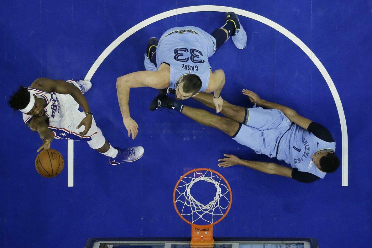 Marc Gasol, en el centro de la curiosa imagen de la derrota de su equipo ante los Sixers.