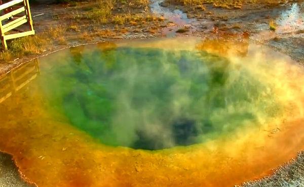 Las monedas acumuladas durante años en la piscina natural Morning Glory de Yellowstone ha cambiado el color de sus aguas.
