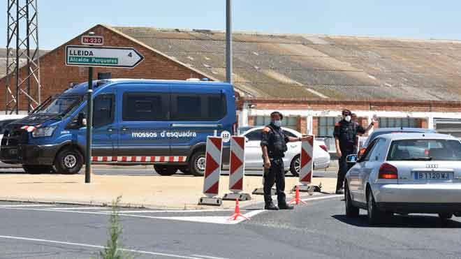 La Generalitat confina la comarca de Segrià. En la foto, control de los Mossos en la rotonda de la N-2 en Torrefarrera.
