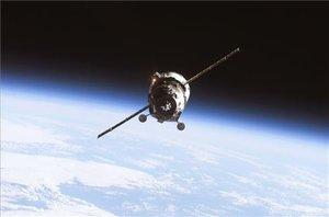 Un vehículo no tripulado, en el espacio.