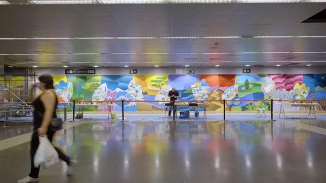 Un gran mural del artista Philip Stanton homenajea a los sanitarios en el metro de Barcelona.