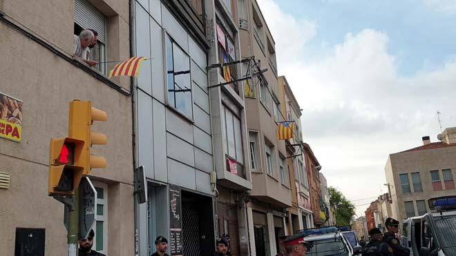 Gritos de libertad ante el domicilio de uno de los independentistas detenidos por la Guardia Civil.
