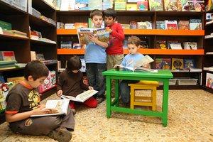 Un grupo de niños, en plena lectura.