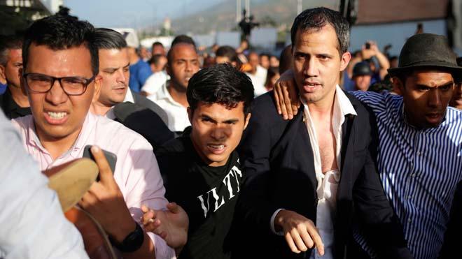 Guaidó pide retomar las protestas en un regreso a Venezuela entre golpes.