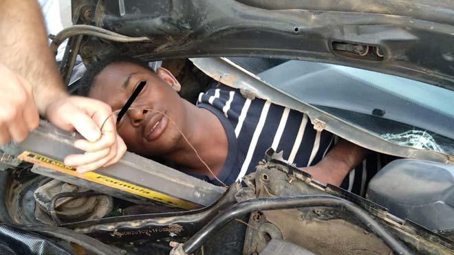 La Guardia Civil rescata a cuatro personasen el interior de coches en Melilla.