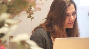La creadora de la app Paper Lover trabajando.