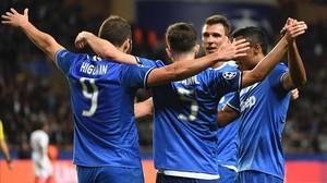 Higuain, felicitado por sus compañeros de la Juventus en el partido ante el Mónaco.