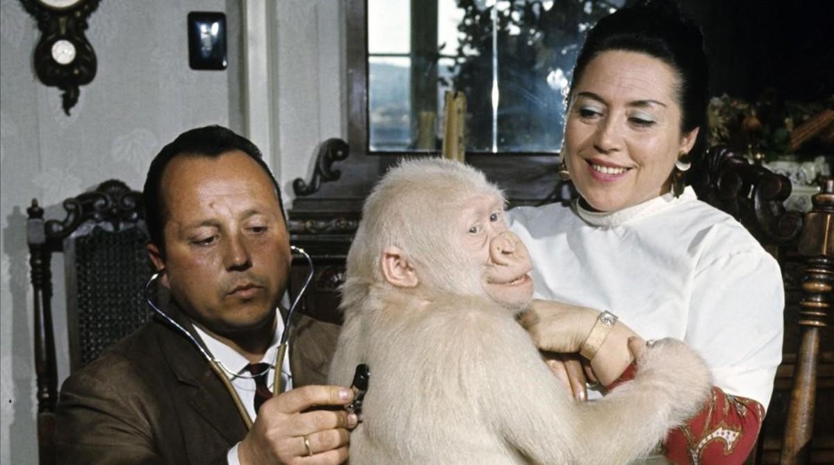 El veterinario Román Luera y su mujer, en el piso del Eixample, donde cuidaron de Copito en sus primeras semanas en Barcelona.