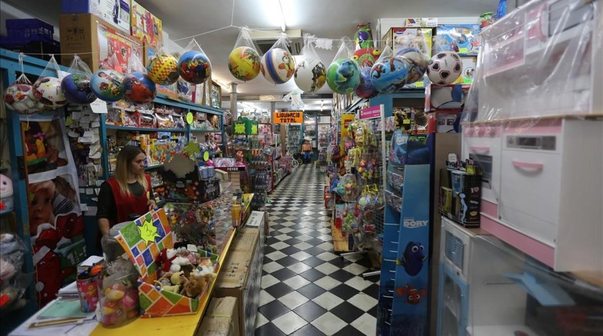 Joguines Foyé, botiga centenària del carrerBanys Nous, liquida les existències per tancament.