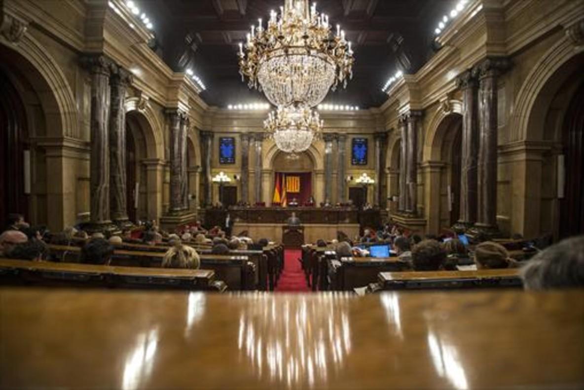 Imagen del hemiciclo del Parlament de Catalunya durante un pleno, desde la tribuna de prensa.