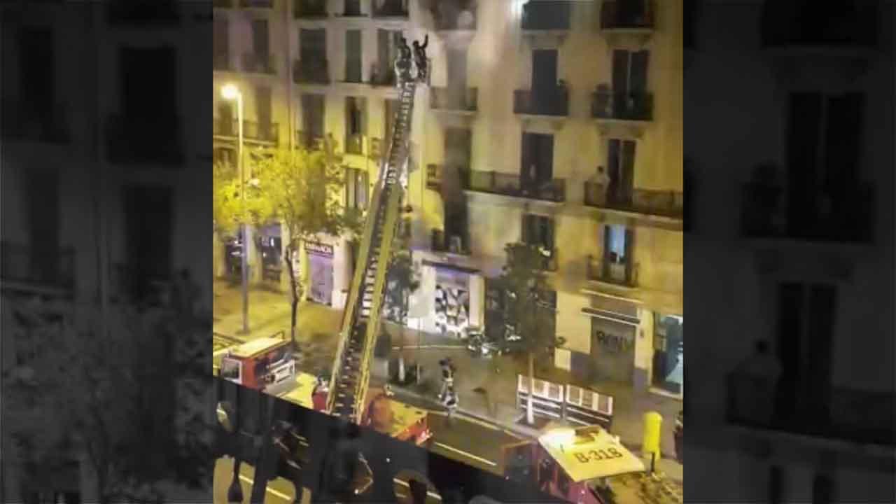 Els Mossos investiguen si una baralla domèstica va motivar l'incendi de l'Eixample