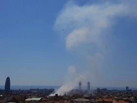 La gran columna de humo por el incendio en el Eixample, visible desde la parte alta de Barcelona