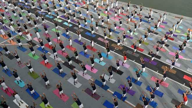 India celebra por quinto año consecutivo un multitudinario Día Internacional del Yoga.