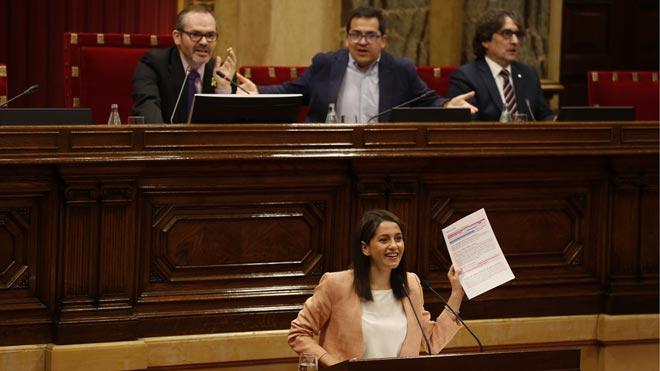 Inés Arrimadas discute con el vicepresidente del Parlament, Josep Costa.