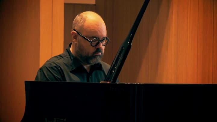 Inicio de 'El laberinto de los espíritus' , acompañado a piano por su autor Carlos Ruiz Zafón