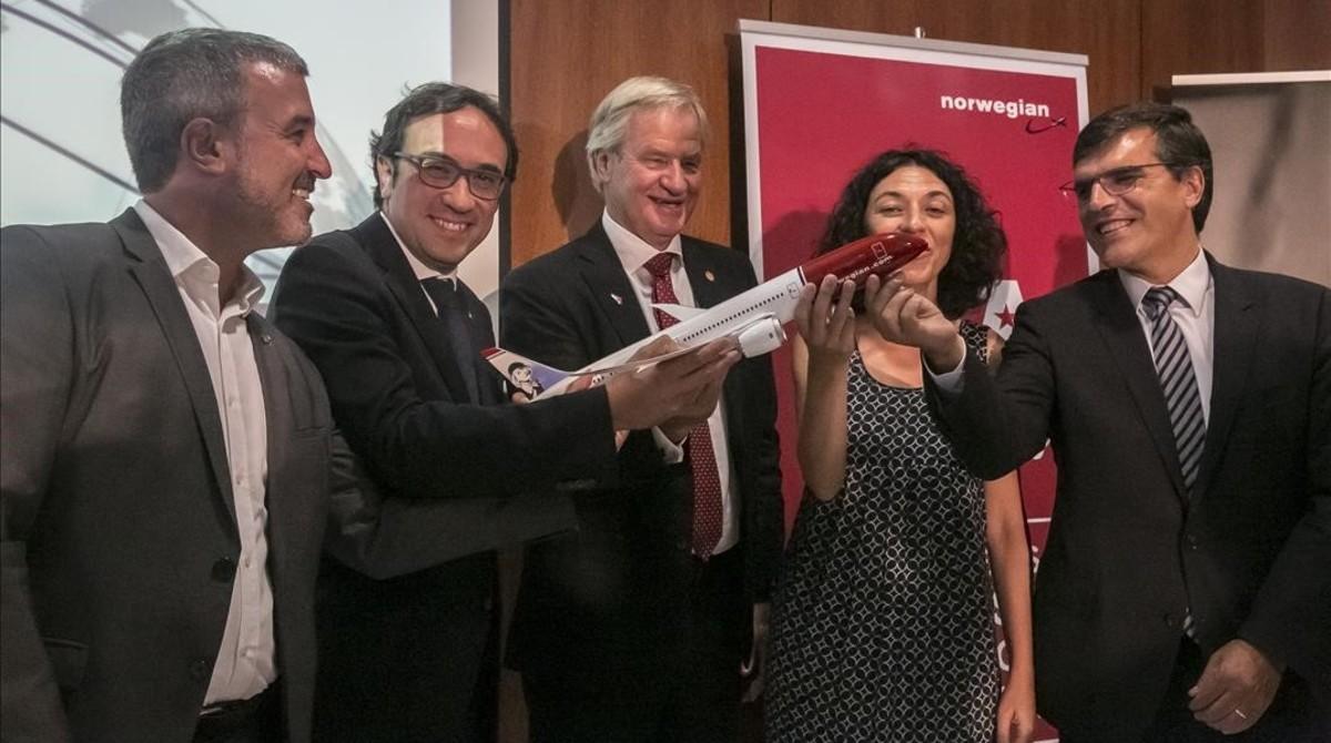 Jaume Collboni, Josep Rull, Bjorn Kjos, Sonia Corrochano yXavier Carbonell, en el anuncio de Norwegian.