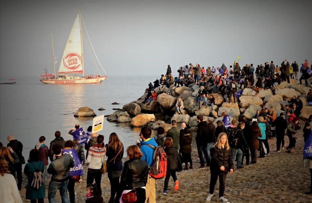 El barco Astral, de Proactiva Open Arms, en la playa de la Barceloneta, donde ha acabado la manifestación de este sábado.