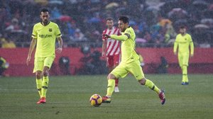 Messi dirige una acción atacante del Barça en el partido frente al Girona en Montilivi.