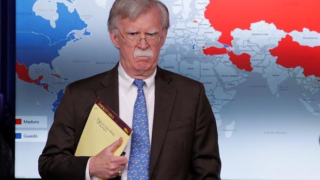 John Bolton, asesor de Trump, deja ver en su libreta el mensaje 5.000 tropas a Colombia.