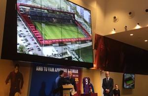 Jordi Cruyff y el presidente del Barça, Josep Maria Bartomeu, en el homenaje a Johan Cruyff.