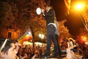 Jordi Sànchez y Jordi Cuixart se dirigen a los concentrados frente a la Conselleria de Economia, el 20-S.