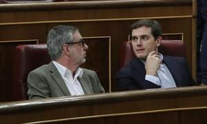 José Manuel Villegas y Albert Rivera, el martes, en el Congreso de los Diputados.