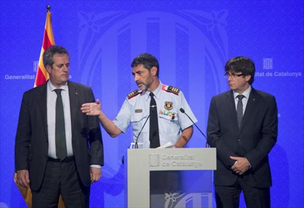 Josep Lluís Trapero con el conseller Forn y el president Puigdemont, ayer.