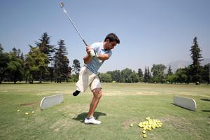 CH04. SANTIAGO (CHILE), 09/12/2017.- Fotografía del 29 de noviembre de 2017 del golfista español Juan Postigo en Santiago de Chile (Chile). Para el español Juan Postigo hay pocas barreras imposibles de superar. Con 21 años y tras proclamarse campeón de Europa de golf adaptado, en los próximos meses dará el salto al circuito profesional, con lo que se convertirá en el primer golfista de elite que juega amputado sin prótesis. Ya estoy jugando con profesionales, viendo cómo es este mundo y dónde puedo llegar a estar. Aún me mido con ellos como amateur y me gustaría debutar como profesional en febrero, explica en una entrevista con Efe en Santiago, donde recientemente disputó el Abierto de Chile. EFE/Mario Ruiz