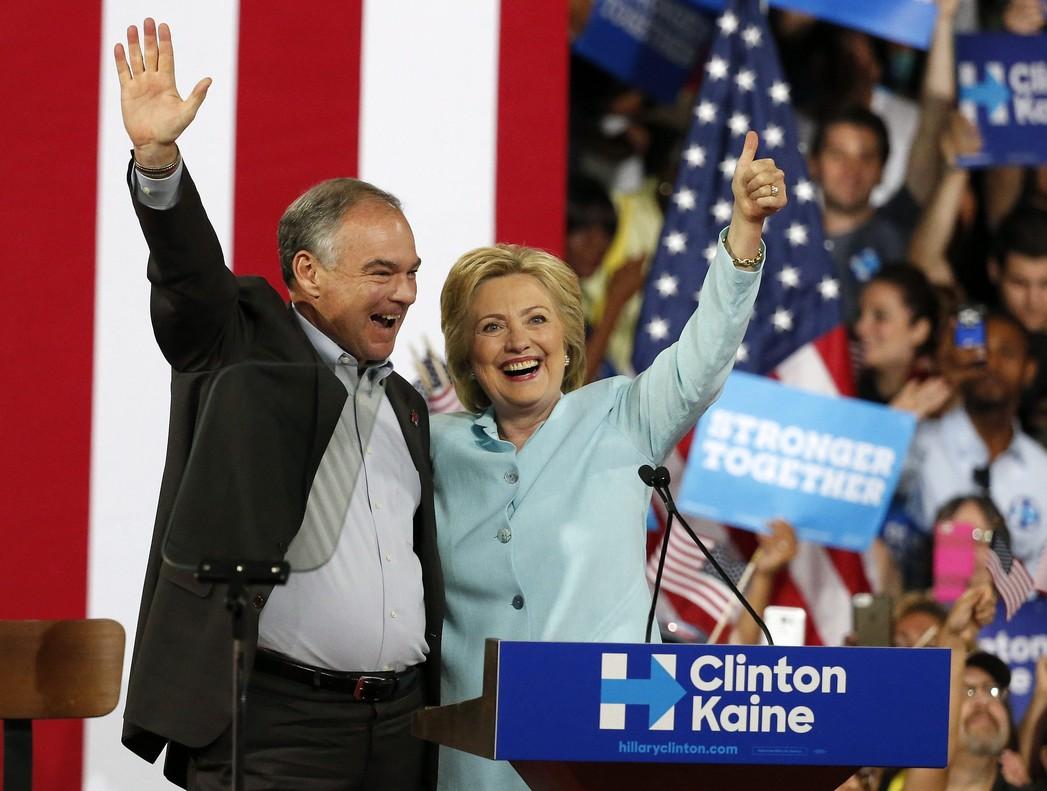 La virtual candidata demócrata a la Casa Blanca, Hillary Clinton, presenta a su candidato a la Vicepresidencia, Tim Kaine, durante un acto de campaña en la Universidad Internacional de Florida en Miami.
