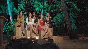 Las chicas de 'La isla de las tentaciones' en la primera ceremonia de la hoguera.