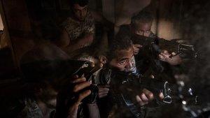 Soldados del Gobierno de Acuerdo Nacional (GNA) disparan contra posiciones de las milicias del general Jalifa Haftar en el barrio deSalah Hadin en Tripoli.
