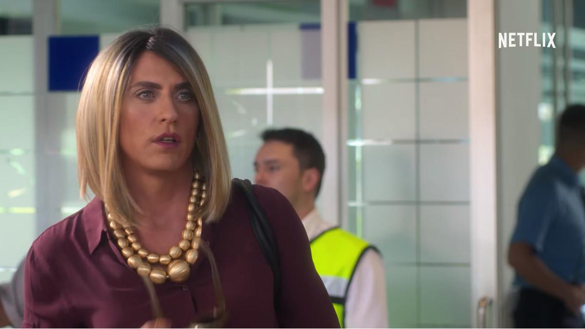 Paco León, como un transexual en la seriede Netflix La casa de las flores.