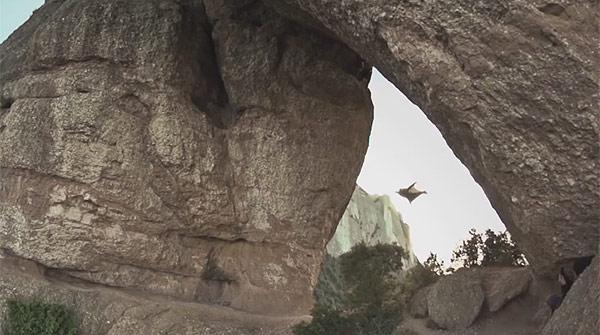 Lespectacular vol dAlexander Polli a la roca Foradada de Montserrat.