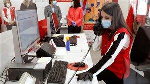 La reina Letizia ejerce de voluntaria de la Cruz Roja.