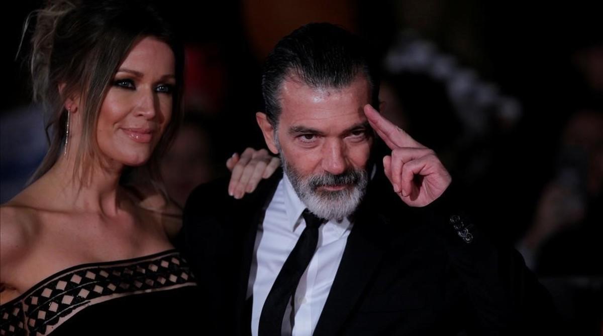 Antonio Banderas y su novia Nicole Kimpel, a su llegada al teatro Cervantes de Málaga.