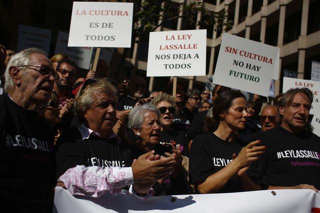 Los actores Juanjo Puigcorbé y Aitana Sánchez-Gijón (a la derecha del todo) en una manifestación en Madrid, el pasado 30 de septiembre, contra la ley Lassalle.