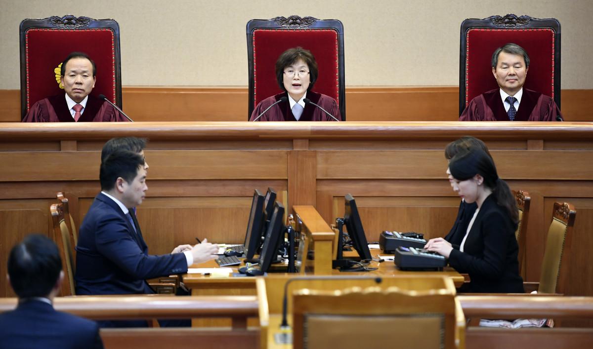 Los jueces del Constitucional de Corea del Sur leen la sentencia contraq Park Geun-hye, este viernes en Seúl.