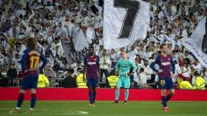 Los jugadores del Barça, cariacontecidos tras encajar el primer gol.