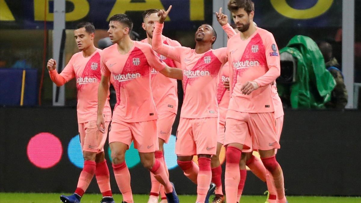 Los jugadores del Barça celebran el gol de Malcom en Milán.