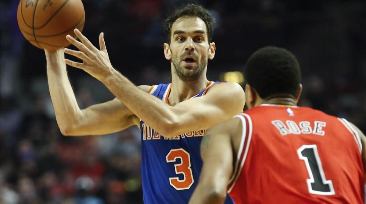 Los jugadores de la NBA José Calderón y Derrick Rose se enfrentan en un partido de la temporada pasada en Chicago