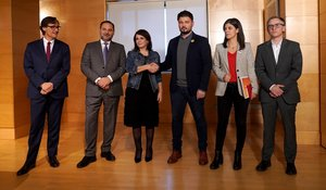 Los negociadores del PSOE: Illa, Ábalos, Lastra, con los representantes de ERC, Rufián,Vilalta y Jové.